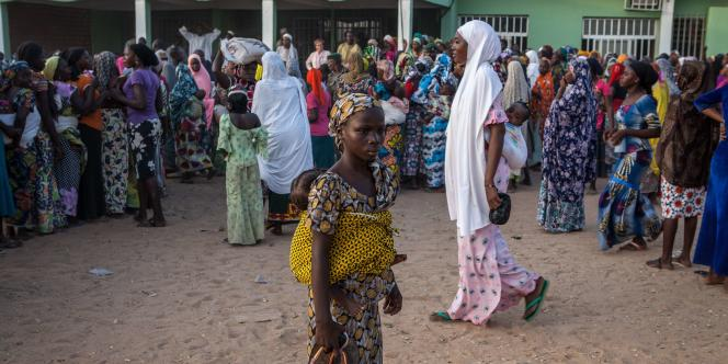 La Croix-Rouge distribue de l'aide humanitaire à des femmes qui ont fui les violences de Boko Haram, à Yolo, dans le nord du Nigeria, le4décembre.