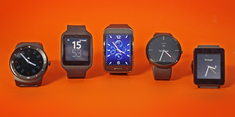 Cinq montres connectées au banc d'essai.
