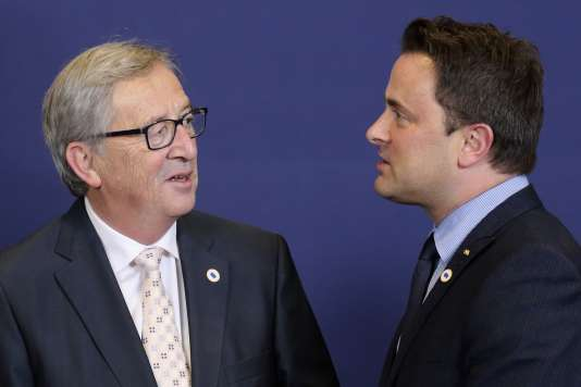 Le président de la Commission européenne et premier ministre luxembourgeois de 1995 à 2013, Jean-Claude Juncker, avec son successeur à la tête du gouvernement du Grand-Duché, Xavier Bettel, à Bruxelles en 2014.