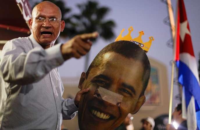 A Miami, un membre de la communauté cubaine proteste contre la décision de Barack Obama de rétablir les relations diplomatiques avec La Havane.
