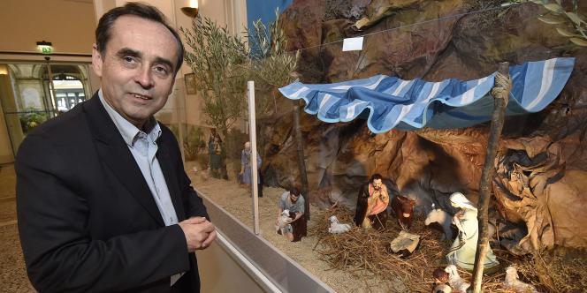 Le maire de Béziers Robert Ménard a installé une crèche de Noël dans le hall de l'hôtel de ville.