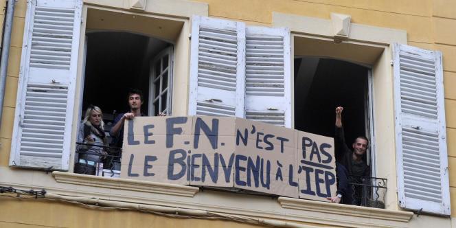 Bannière d'étudiants à l'IEP d'Aix-en-Provence, lors de la venue de Marine Le Pen, en octobre 2012.