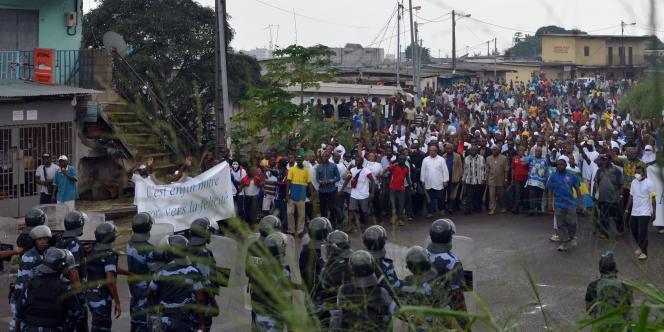 Policiers et manifestants face à face le 20 décembre à Libreville.