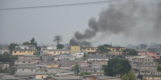 De grandes colonnes de fumées noires étaient toujours visibles dans le ciel samedi en fin d'après-midi.