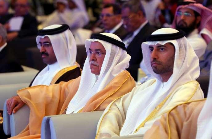 Le ministre saoudien de l'énergie Ali al-Nouaïmi (au centre) , a jugé comme ses homologues des Emirats arabes unis et du Koweit que la chute des cours du pétrole était imputable en partie aux pays non membre de l'Opep.