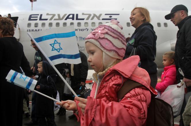 Des immigrants ukrainiens arrivent à l'aéroport Ben-Gourion, près de Tel-Aviv, le 22décembre.