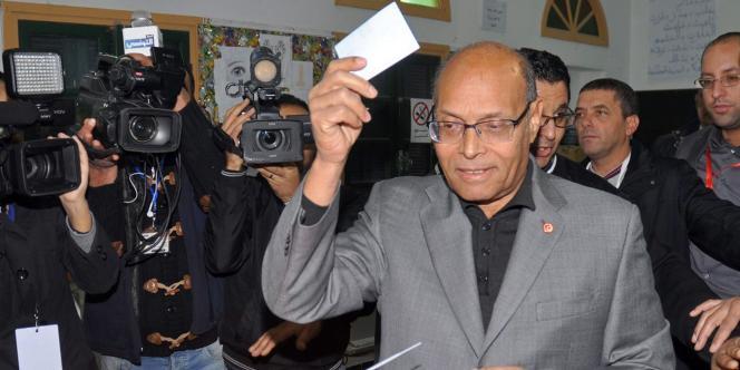 Moncef Marzouki, dans un bureau de vote de Sousse, le 21 décembre.