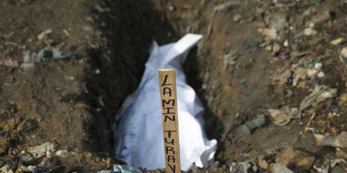 Le corps d'une victime d'Ebola, le 21 décembre à Freetown, en Sierra Leone.