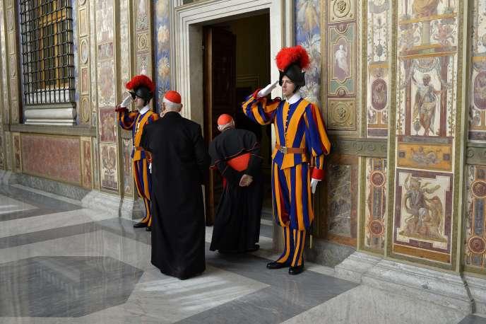 A l'entrée de la salle Clémentine du palais du Vatican, lundi 22décembre, où le pape François a prononcéson discours annuel de vœux aux membres de la curie.
