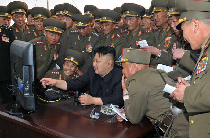 Kim Jong-un entouré d'officiels nord-coréens, en avril 2014.