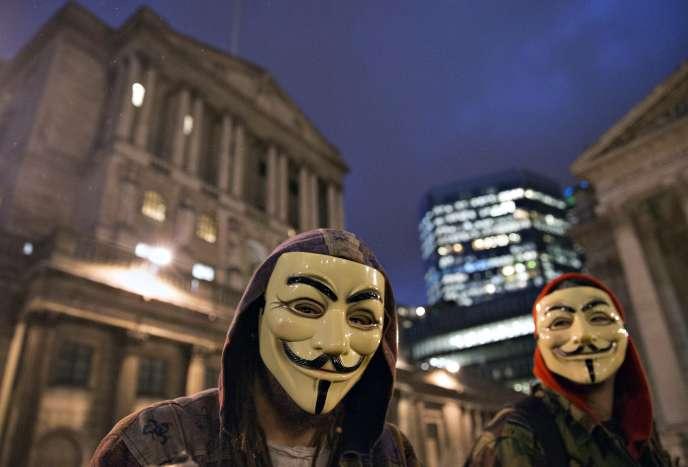 Des supporteurs du groupe d'activistes Anonymous devant la Banque d'Angleterre, à Londres, le 23 décembre.