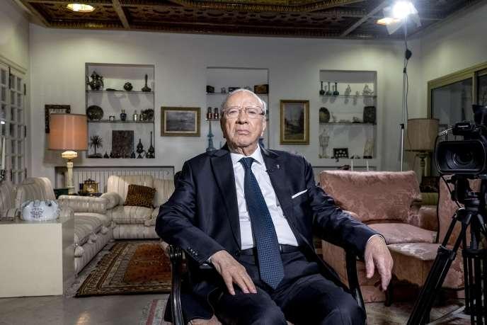 Le 22 décembre, quelques heures après l'annonce des résultats préliminaires lui donnant une large victoire, Béji Caid Essebsi reçoit dans son salon la chaîne de télévion nationale tunisienne pour sa première allocution au peuple tunisien.