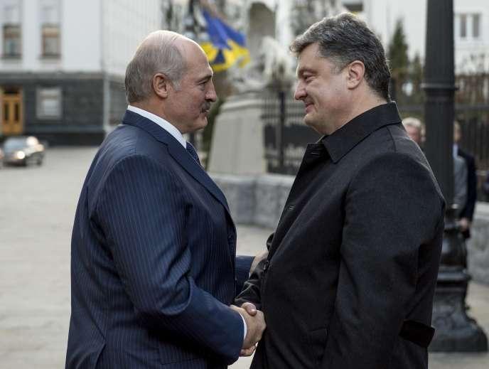Le président biélorusse Alexandre Loukachenko en compagnie de son homologue ukrainien Petro Porochenko, à Kiev, le 21 décembre.