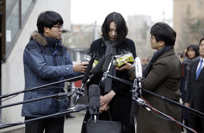 Cho Hyun-ah faisant acte de contrition devant les médias, à Séoul, le 12 décembre.