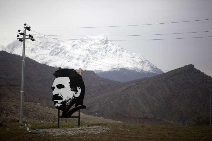 Un portrait du chef kurde Abdullah Ocalan, dans le massif du Qandil (Irak), base arrière du PKK.