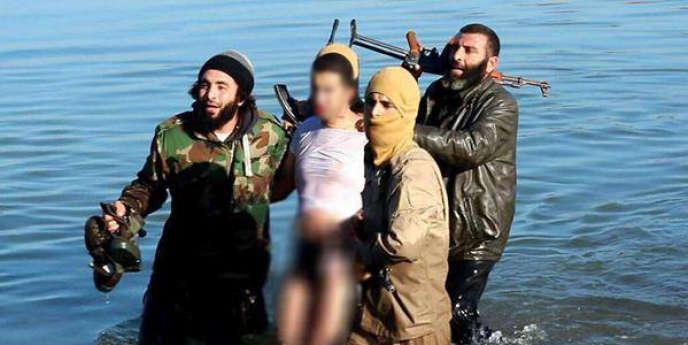 Image diffusée sur les comptes Twitter de djihadistes montrant le pilote de l'appareil abattu à proximité de Rakka, le 24 décembre 2014.