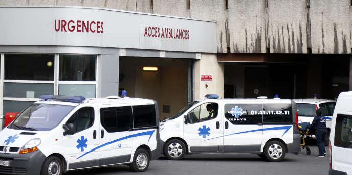« La mortalité a augmenté en 2015, avec 41 000 décès de plus qu'en 2014 pour un total de 600 000 décès, soit un chiffre jamais vu depuis l'après-guerre» (Photo: ambulances devant l'hôpital Bichat, à Paris, en 2014).