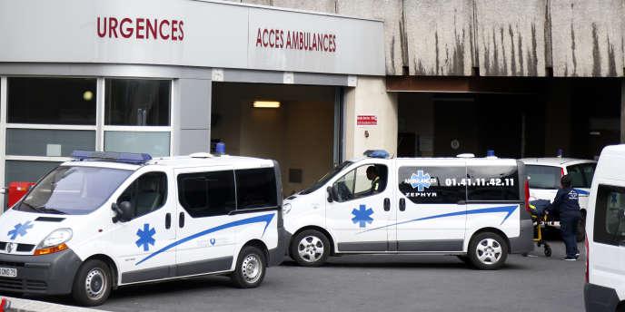 Des ambulances devant l'hôpital Bichat, à Paris, en octobre 2014.