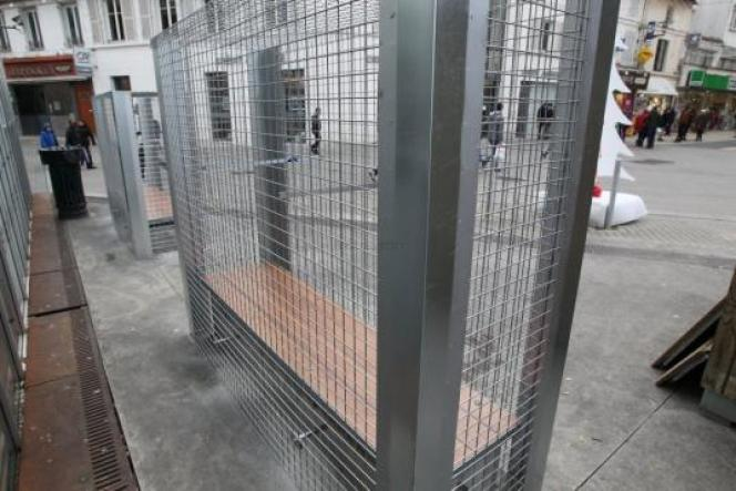 Par souci d'esthétique, des galets devaient initialement venir garnir les grillages installés par la mairie d'Angoulême autour de ses bancs.