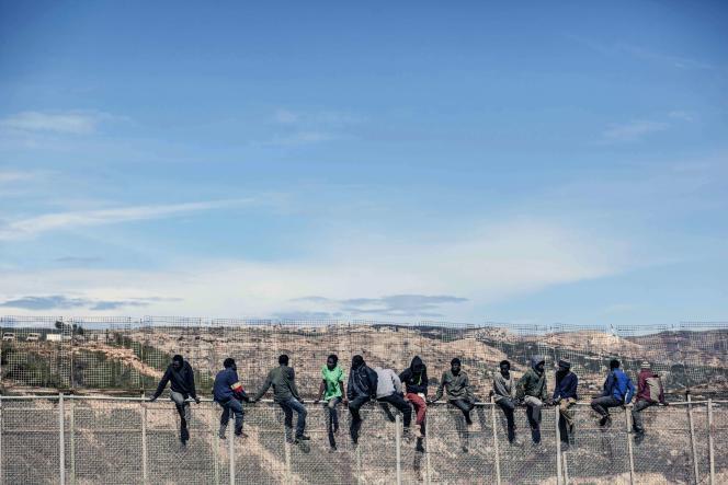 Des migrants tentent de pénétrer dans l'enclave espagnole de Melilla, au Maroc, en avril 2014.