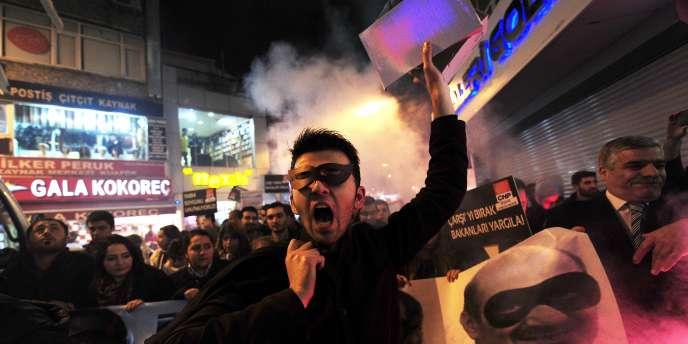 Manifestation anti-corruption d'opposants au président Erdogan à Istanbul, le 17 décembre.