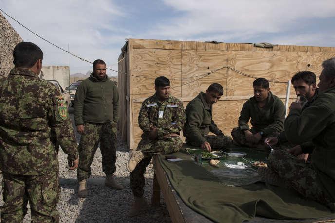 Des soldats de l'armée nationale afghane, aux abords d'un avant-poste, à Kandahar.