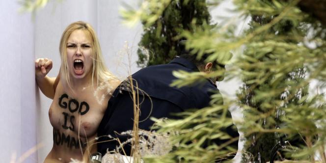 La Femen avait tenté de s'emparer de la statue de Jésus dans une crèche de la place Saint-Pierre à Rome.