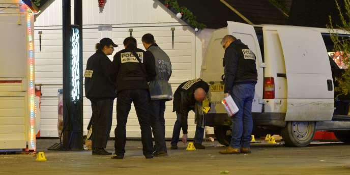 Les enquêteurs de la police judiciaire sur le marché de Noël de Nantes, le 22 décembre 2014.