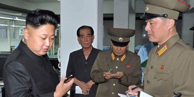 Kim Jong-un lors de l'inspection d'une usine fabriquant des appareils à écran tactile produits en Corée du Nord.