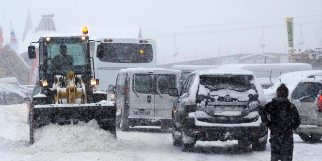 La circulation est difficile, samedi 27 décembre, sur la route menant à la station de ski Les Saisies en Savoie.