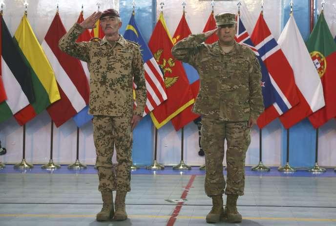 A droite, le général John Campbell, lors de la cérémonie du 28 décembre.
