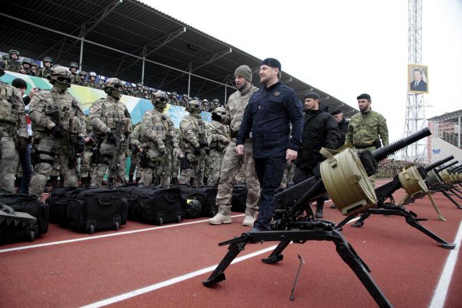 Ramzan Kadyrov passe en revue des membres des forces spéciales tchétchènes, à Grozny, le 28 décembre 2014.