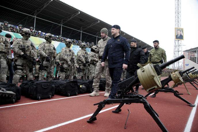 Ramzan Kadyrov, au centre, passe en revue les forces spéciales tchétchènes à Grozny, en décembre 2014.