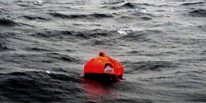 Des passagers du «Norman Atlantic» ayant trouvé secours sur un canot de sauvetage.