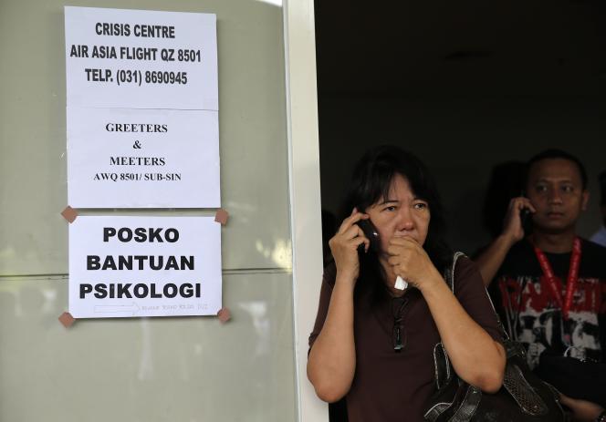 Des proches de passagers du vol d'Air Asia, lundi 29 décembre à Surabaya, en Indonésie.