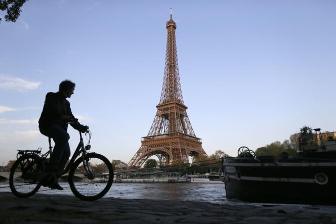 La Tour Eiffel à Paris, troisième site touristique le plus visité de France après Disneyland et le musée du Louvre