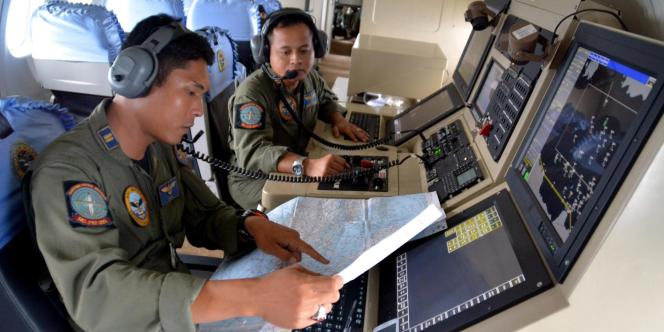 Les recherches pour retrouver l'avion d'AirAsia ont repris lundi 29 décembre au matin.