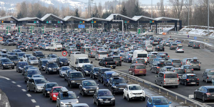 Vehicles are stuck in traffic jams on February 16, 2013, at a toll on the A43 highway between Chambery and Albertville, central eastern France, on their way to French Alps Ski resorts during winter holiday departures. AFP PHOTO / JEAN-PIERRE CLATOT
