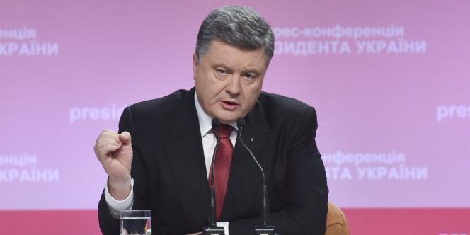 Le chef de l'Etat ukrainien, Petro Porochenko, le 29 décembre 2014 à Kiev, lors d'une conférence de presse officialisant le retrait de l'Ukraine de la liste des pays non alignés.