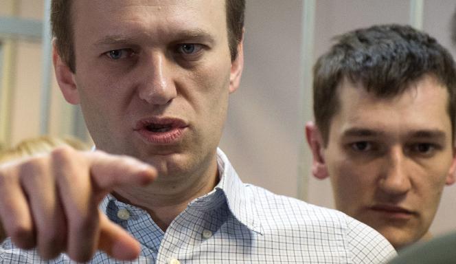 Alexeï Navalny et son frère Oleg, le 30 décembre dans la salle du tribunal moscovite de Zamoskvoretskiï.