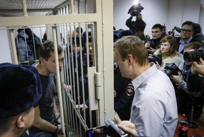 L'opposant Alexeï Navalny (à droite) et son frère Oleg, lors de leur procès à Moscou, le 30 décembre.