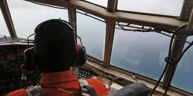 Un équipage de l'armée de l'air indonésienne survole les eaux où a disparu l'avion d'Air Asia.