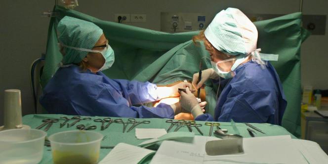 Une opération de chirurgie esthétique dans une clinique parisienne, le 4 novembre 2003.