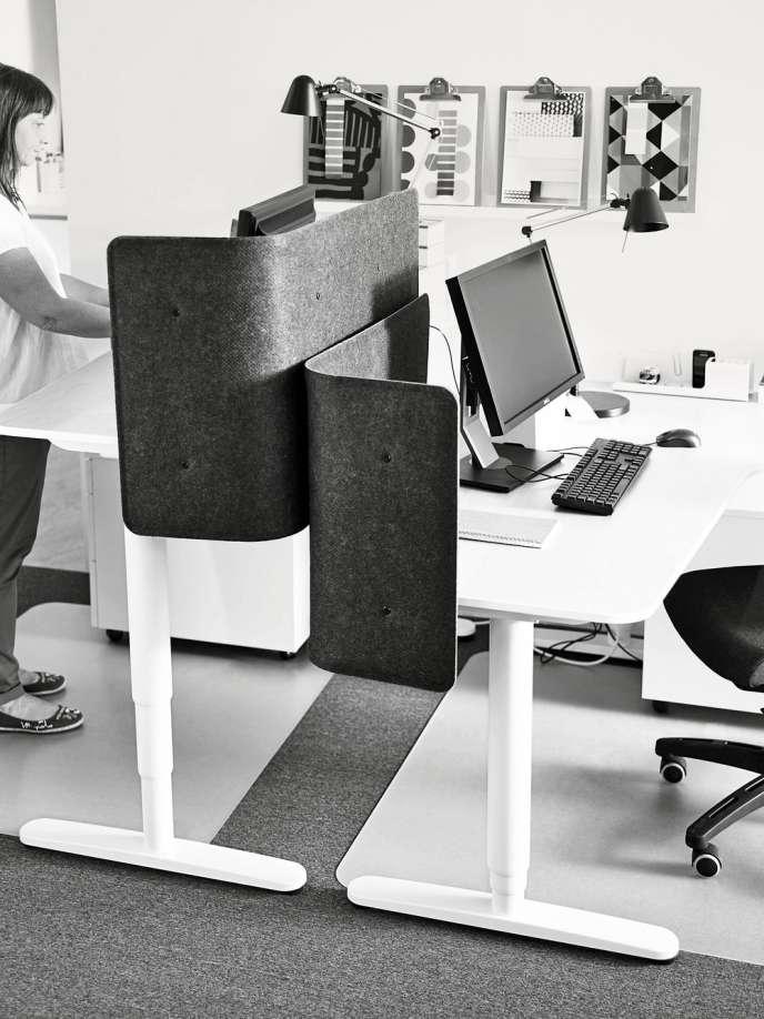 Le bureau Bekant,  d'Ikea,  entièrement automatisé, permet  de travailler aussi bien assis que debout.