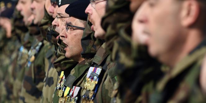 Sur la place d'armes, devant le terminal de l'aéroport militaire de Kaboul, les soldats français entonnent la Marseillaise lors de la cérémonie marquant la fin de la mission française en Afghanistan.