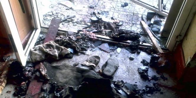 Des débris dans le centre culturel visé par l'attentat qui a fait au moins 33 morts, mercredi, à Ibb.