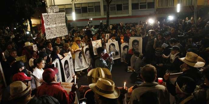 Des membres des familles des 43 étudiants disparus lors de la manifestation, le 31 décembre.
