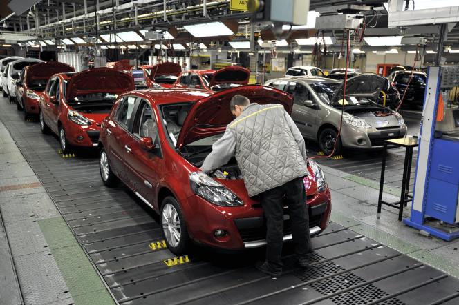 Ligne d'assemblage de la Clio III, à l'usine Renault de Flins (Yvelines).