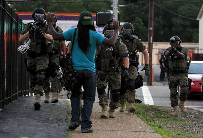 Interpellation à Ferguson (Missouri) en août 2014 quelques jours après qu'un jeune Noir ait été tué par un policier.
