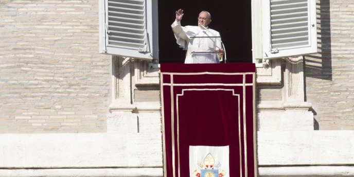Place Saint-Pierre, lors de la prière traditionnelle de l'angelus, le pape a annoncé le dimanche 4 janvier la nomination de 20 nouveaux cardinaux originaires des cinq continents.
